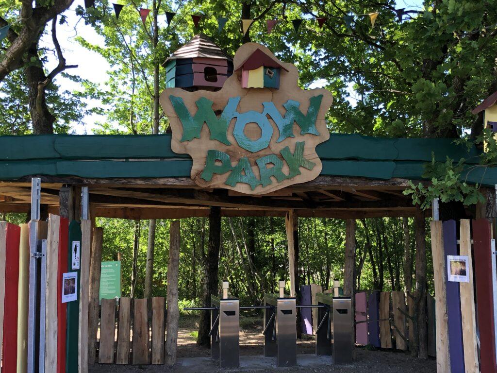 På vej ind i WOW Park
