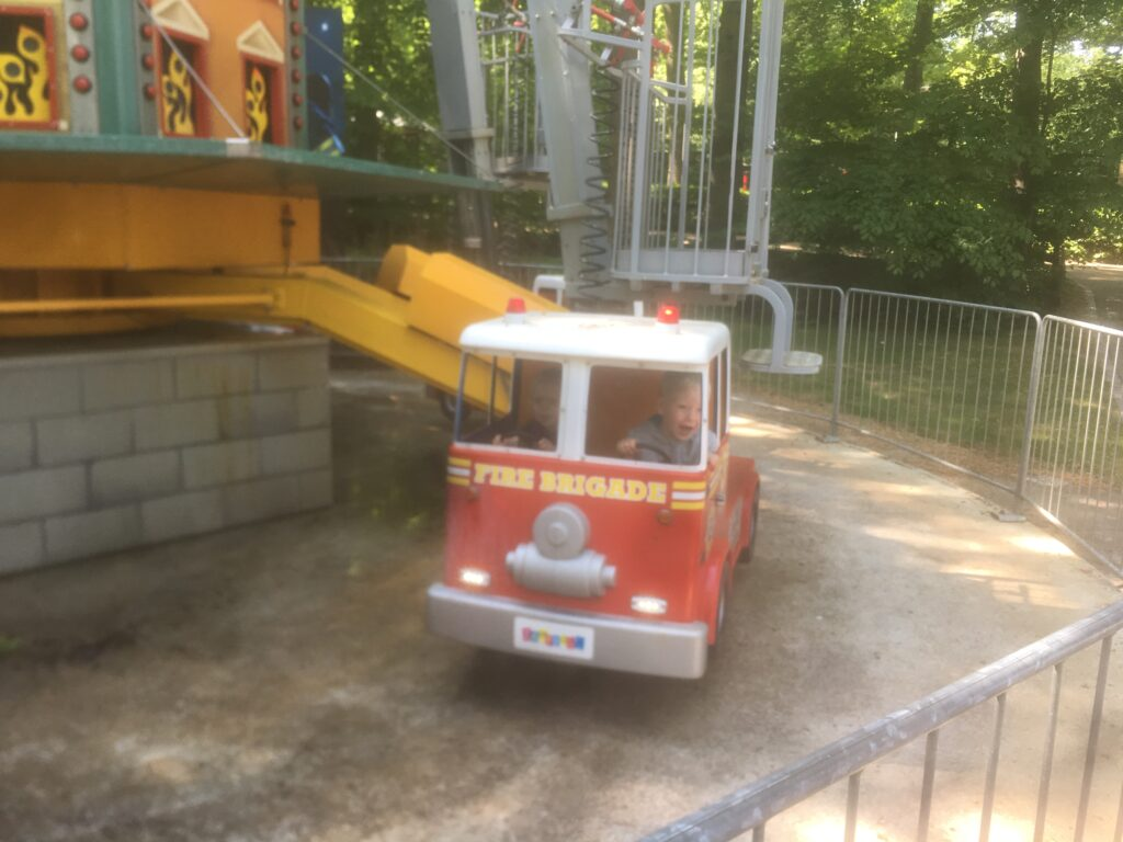 Alle børn elsker at køre brandbil i Tivoli Friheden :)