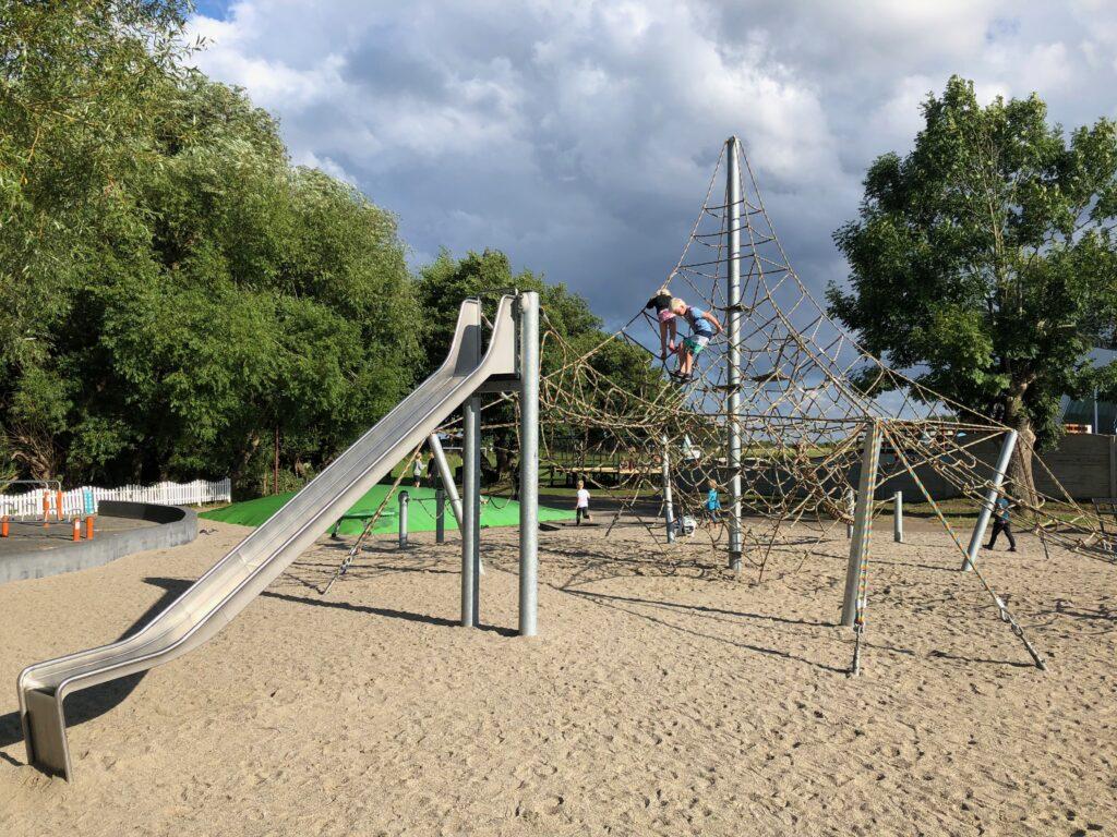 Den store legeplads på Bøsøre Strand Feriepark for børn
