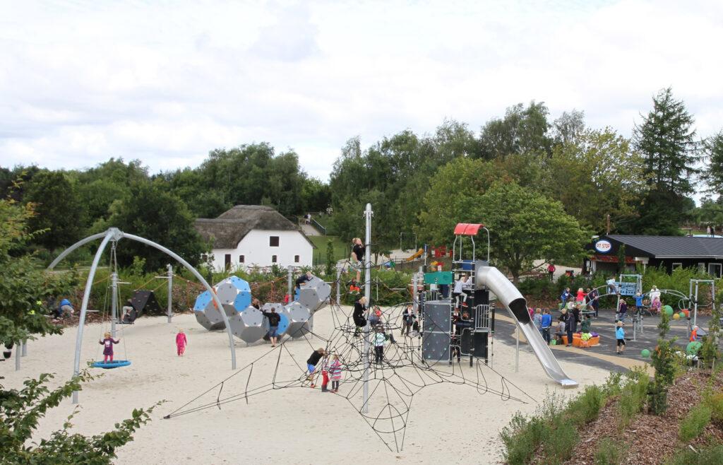 En af flere legepladser i Givskud Zoo