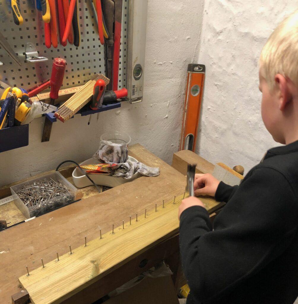 I værkstedet for at lave hjemmelavede gaver (Foto: Ferieogbørn.dk)