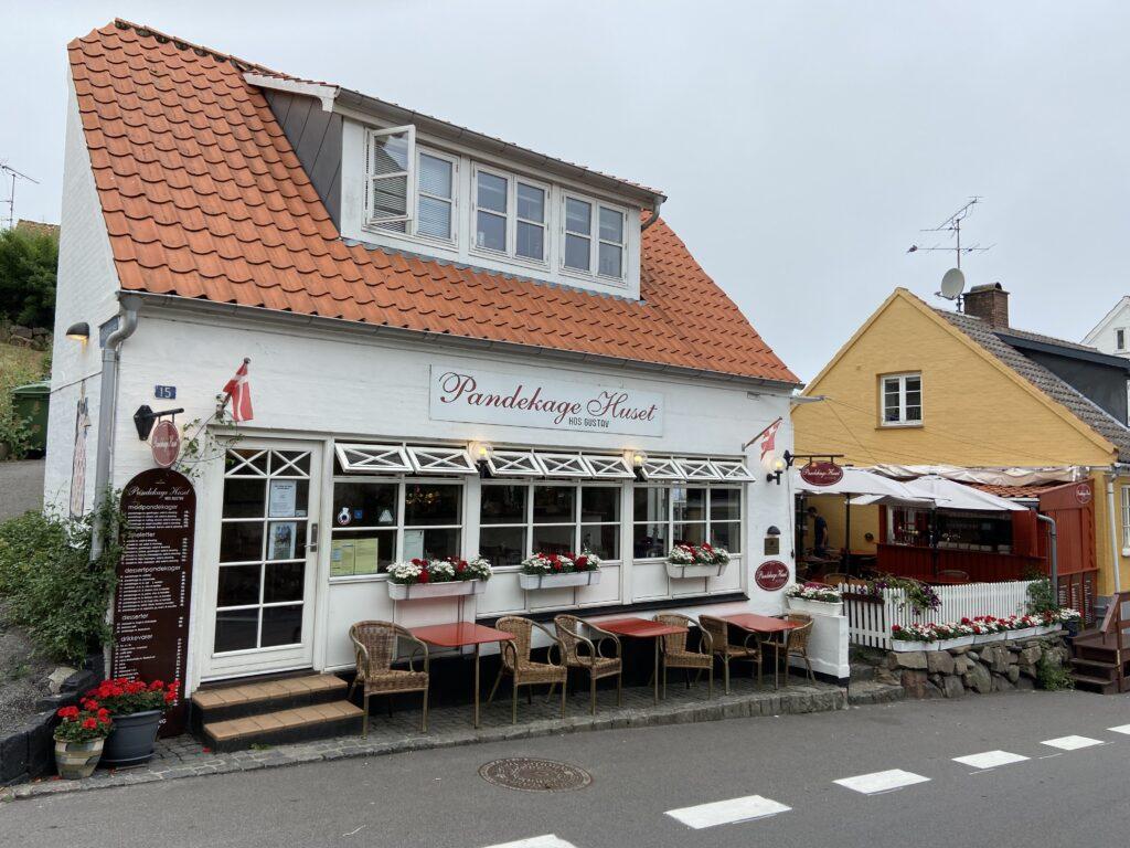 Pandekagehuset i Gudhjem (Foto: Ferieogborn.dk)